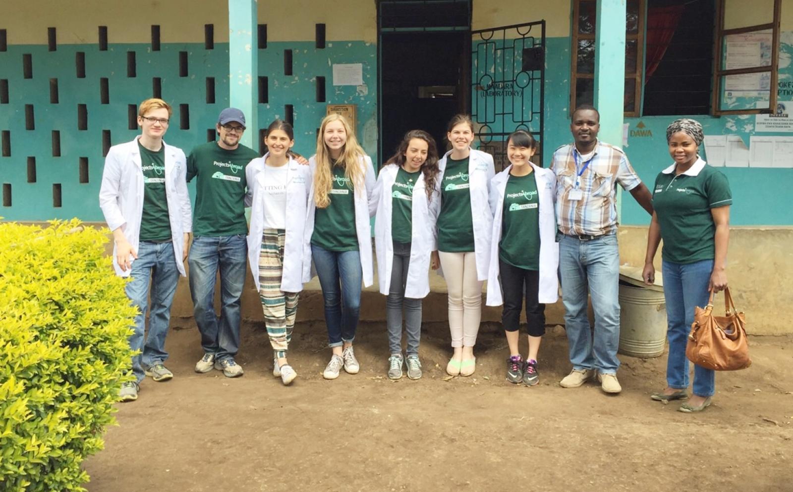 タンザニアで医療ボランティアに挑戦中の高校生たち